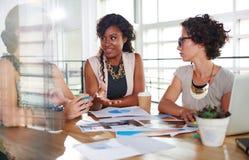 Команда успешных бизнесменов имея встречу в исполнительном sunlit офисе Стоковая Фотография RF