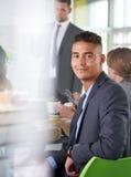 Команда успешных бизнесменов имея встречу в исполнительном sunlit офисе Стоковые Изображения RF