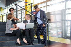 Команда успешных бизнесменов имея встречу в исполнительном sunlit офисе Стоковое Изображение