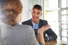 Команда успешных бизнесменов имея встречу в исполнительном sunlit офисе Стоковые Изображения