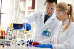 Команда ученых в лаборатории стоковые изображения rf