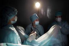Команда хирургов выполняя деятельность Стоковое Изображение RF