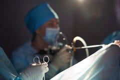 Команда хирургов выполняя деятельность Стоковые Фото
