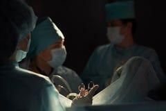 Команда хирургов выполняя деятельность Стоковое Фото