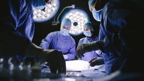 Команда хирургов выполняя хирургию Стоковые Изображения