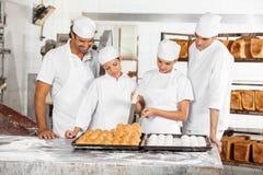 Команда хлебов хлебопека анализируя на таблице Стоковое Изображение