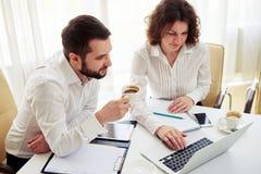 Команда человека и женщины работая в офисе Стоковые Изображения