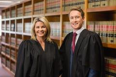 Команда юристов в библиотеке закона стоковые изображения
