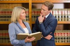 Команда юристов в библиотеке закона стоковое изображение