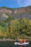 Команда людей на раздувном катамаране смотрит водопад Стоковое Изображение RF