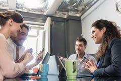 Команда creatives имея встречу в офисе агенства стоковая фотография rf