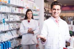 Команда pharmaceutist и техник работая в магазине химика Стоковые Фотографии RF