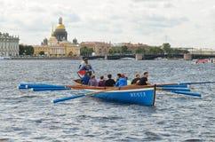Команда rowers в шлюпке Стоковые Изображения RF