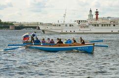 Команда rowers в шлюпке Стоковые Фото