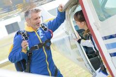 Команда Skydiving имея переговор Стоковое Изображение