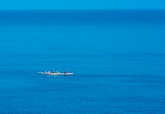 Команды каяка на обширном голубом океане стоковые фотографии rf