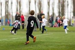 2 команды мальчиков играя футбол Стоковое Изображение