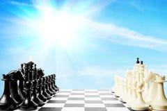 2 команды одной шахмат перед другой на доске Стоковое фото RF