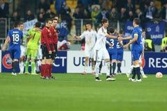 команды приветствуют один другого после круга лиги Европы UEFA второй спички ноги 16 между динамомашиной и Everton стоковые изображения rf