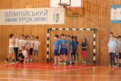 Команды спортсменов состязаясь в начале стоковое изображение