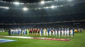 Команды стоя в линии перед кругом лиги Европы UEFA второй спички ноги 16 между динамомашиной и Everton стоковые фотографии rf