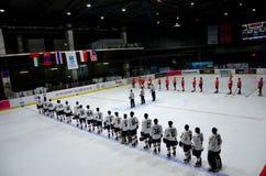 Команды хоккея на льде Таиланда и Монголии стоят для государственного гимна в катке Бангкоке Таиланде стоковое изображение rf
