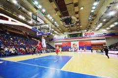 Команды Olympiakos (Греции) и Lokomotiv-Кубани (России) играют баскетбол стоковые изображения rf