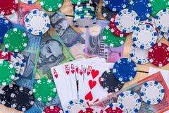 Комбинация карты на австралийских долларах с обломоками казино стоковое изображение