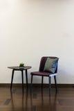 Комбинация кожаного стула журнального стола стоковые изображения rf