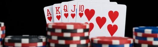 Комбинация с обломоками, длинное фото карты покера выигрывая на черной предпосылке стоковое фото rf