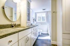 Комбинация хранения ванной комнаты с верхними частями и зеркалом гранита Стоковая Фотография