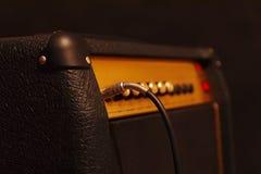 Комбинированный усилитель для электрической гитары с введенным jack входного сигнала на черной предпосылке Малая глубина поля, ни Стоковое Изображение