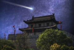 комета летает в ночное небо стоковые изображения
