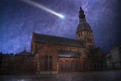 комета летает в ночное небо стоковое изображение rf