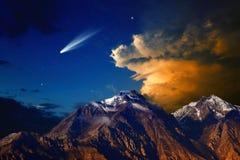 Комета над горами стоковая фотография rf