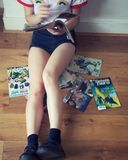 Комиксы чтения девушки стоковые фото