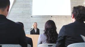 Коммерсантка давая представление на конференции сток-видео