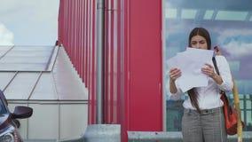 Коммерсантка бросает документы прочь акции видеоматериалы