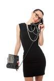 Коммерсантка брюнет в черном платье держа телефон и tal Стоковое Изображение RF