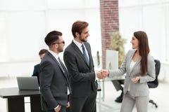 Коммерсантка вводит бизнесмена для работы на офисе Стоковое Изображение RF