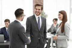 Коммерсантка вводит бизнесмена для работы на офисе Стоковое Изображение