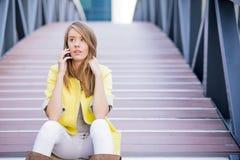 Коммерсантка вне офиса на мобильном телефоне Стоковое Фото