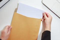 Коммерсантка вручает держать чистый лист бумаги в конверте - busine Стоковое Изображение RF