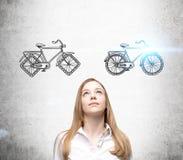 Коммерсантка выбирая велосипед Стоковое Изображение