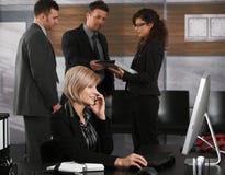 Коммерсантка вызывая в офисе Стоковое Изображение