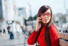 коммерсантка вызывая телефон серьезной стоковые изображения rf