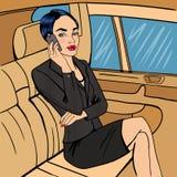 Коммерсантка в автомобиле говорить телефона повелительницы дела иллюстрация штока