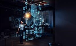 Коммерсантка в его офисе Мультимедиа Мультимедиа Стоковое Изображение