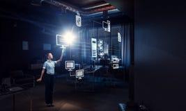 Коммерсантка в его офисе Мультимедиа Мультимедиа Стоковые Изображения RF