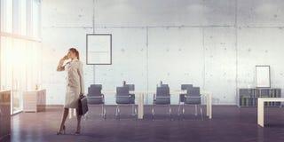 Коммерсантка в ее мобильном телефоне офиса говоря Мультимедиа Стоковое Изображение RF